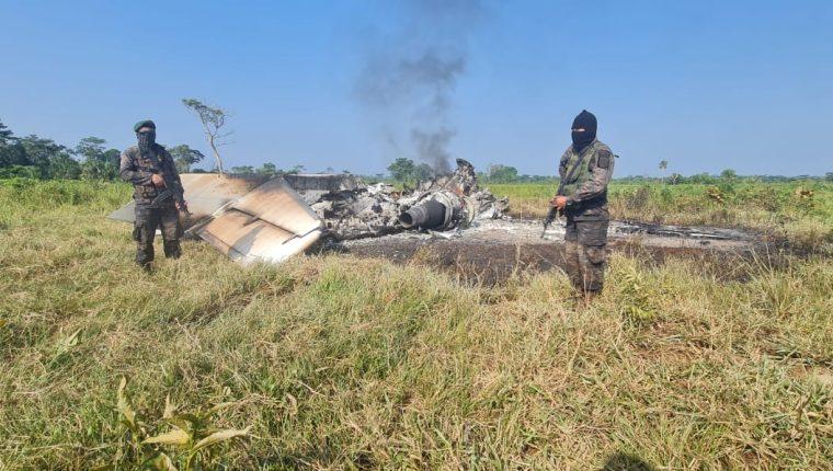 Soldados del Ejército de Guatemala resguardan una avioneta quemada hallada en el Parque Nacional Laguna del Tigre, Petén. (Foto Prensa Libre: Ejército de Guatemala)