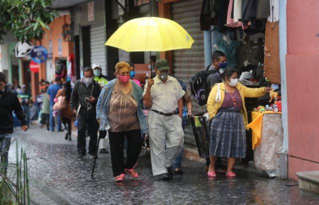 Los guatemaltecos salen a las calles con mascarilla por los contagios de coronavirus. (Foto Prensa Libre: Érick Ávila)