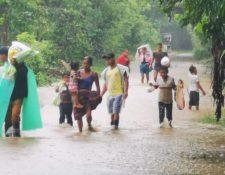 Pobladores salen de sus viviendas en Pueblo Viejo, Panzós, Alta Verapaz. (Foto Prensa Libre: Henning Droege)