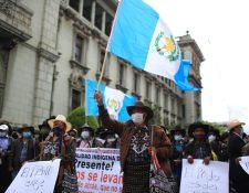 Guatemaltecos se reúnen en la Plaza de la Constitución para manifestar contra el gobierno. (Foto Prensa Libre: Carlos Hernández)