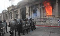 En las manifestaciones del 21 de noviembre hubo disturbios en el edificio del Congreso. (Foto Prensa Libre: Hemeroteca PL)