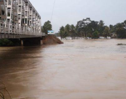 El río ha causado daños a puente en Ixcán. (Foto Prensa Libre: Ejército de Guatemala).