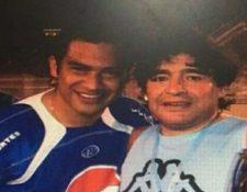 Carlos Ruiz y Diego Maradona jugaron en Guatemala en 2007. (Foto Prensa Libre: Tomada de @FishCr20)
