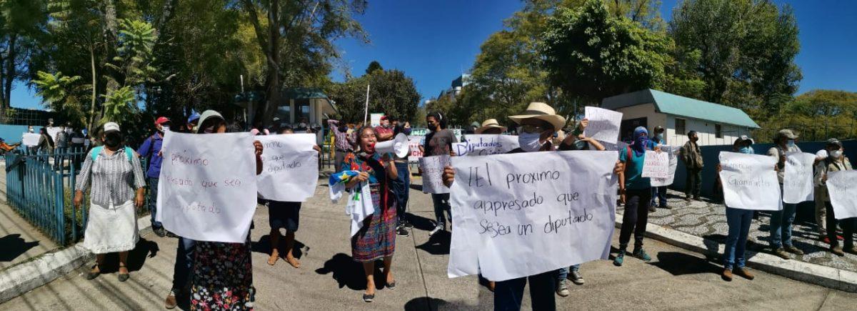 """""""No más corrupción e impunidad"""": estudiantes y agrupaciones indígenas protestan contra diputados"""