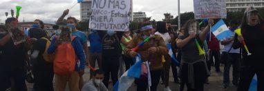 Manifestantes se reúnen en la plaza central para mostrar su rechazo al gobierno y al Congreso de la República en el segundo día consecutivo de protestas. (Foto Prensa Libre: Andrea Domínguez)