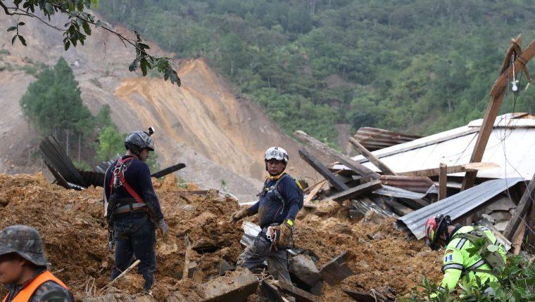 Socorristas buscan víctimas en la aldea Quejá, San Cristóbal Verapaz. (Foto Prensa Libre: Esteban Biba)