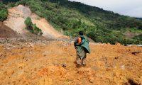 Eta dejó destrucción y muerte en Quejá, San Cristóbal Verapaz. (Foto Prensa Libre: Esteban Biba)
