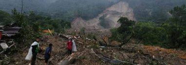Un derrumbe soterró varias casas en Quejá, San Cristóbal Verapaz, Alta Verapaz, y se teme que  haya unas 100 personas muertas. (Foto Prensa Libre: Óscar Caal)