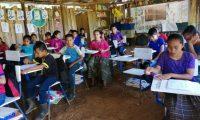 La Escuela Oficial Rural Mixta Caserío Sesajal, de Cobán, Alta Verapaz, solo cuenta con un aula con piso de tierra y paredes elaboradas con palos, que los propios padres de familia colocan para proteger a sus hijos del frío y lluvia, pero no son suficientes.