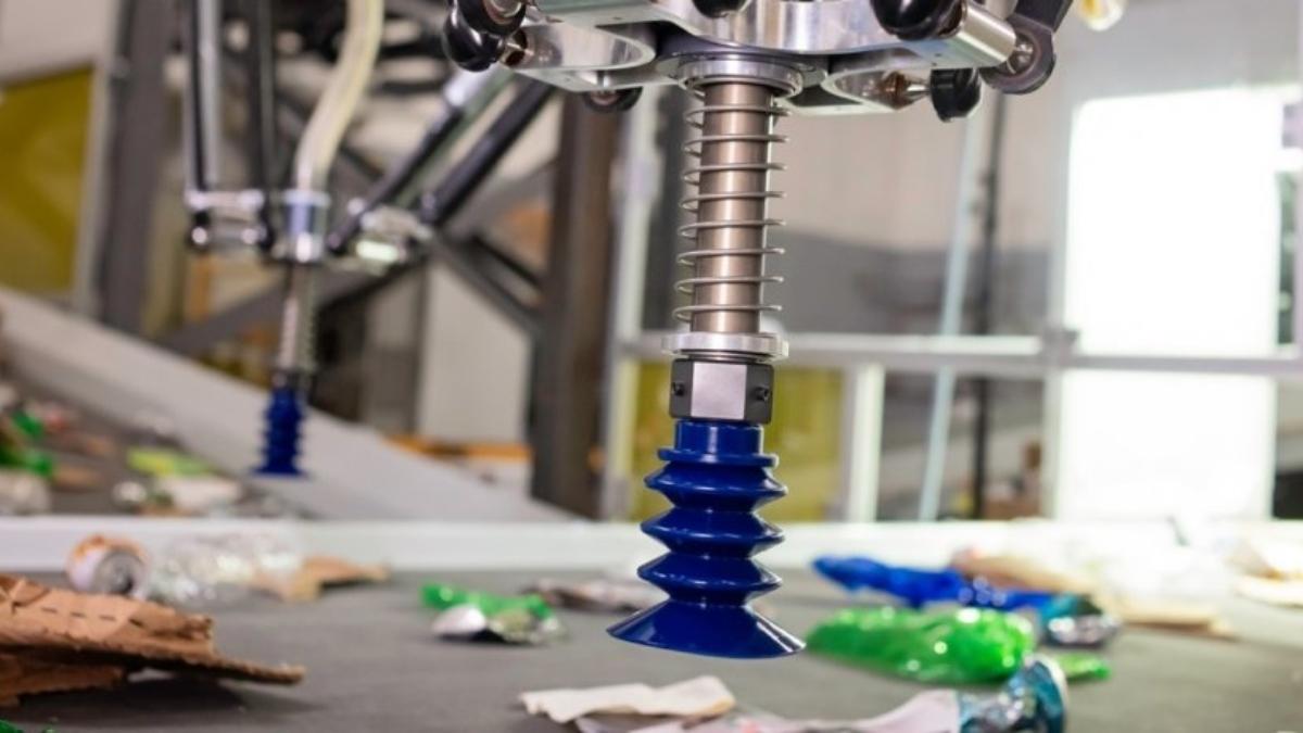 Así trabaja el robot de 300.000 dólares que automatiza el reciclado de basura
