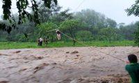 Las personas fueron rescatadas de la correntada de un río. Foto Prensa Libre: Bomberos Municipales Departamentales.
