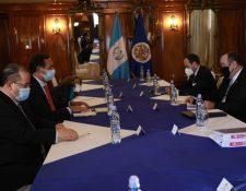 Delegados de la OEA se reunieron ayer con el presidente Alejandro Giammattei y sus ministros. (Foto Prensa Libre: AGN)