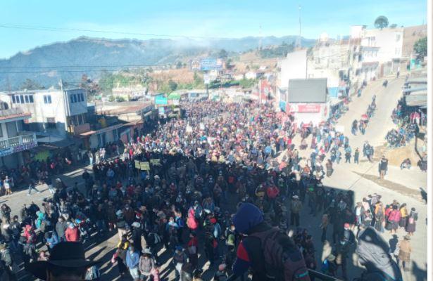 Autoridades indígenas y vecinos de Sololá bloquean ruta Interamericana para pedir la renuncia de Giammattei