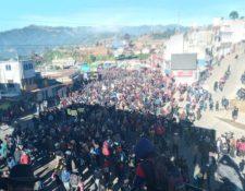 Manifestantes cierran paso en aldea Los Encuentros, en el km 129 de la ruta Interamericana. (Foto Prensa Libre: Héctor Cordero)