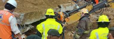 Bomberos buscan a soterrados en Camotán, Chiquimula. (Foto Prensa Libre: Bomberos Municipales Departamentales)