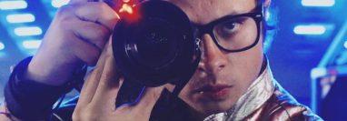 El artista quezalteco Gustavo Salazar experimenta nuevas propuestas audiovisuales. (Foto Prensa Libre: cortesía)