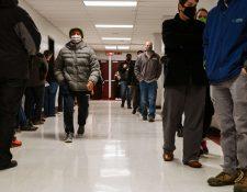 Los votantes esperan en fila para ingresar al lugar de votación en Ballard High School, en Louisville, Estados Unidos. (Foto Prensa Libre: AFP)