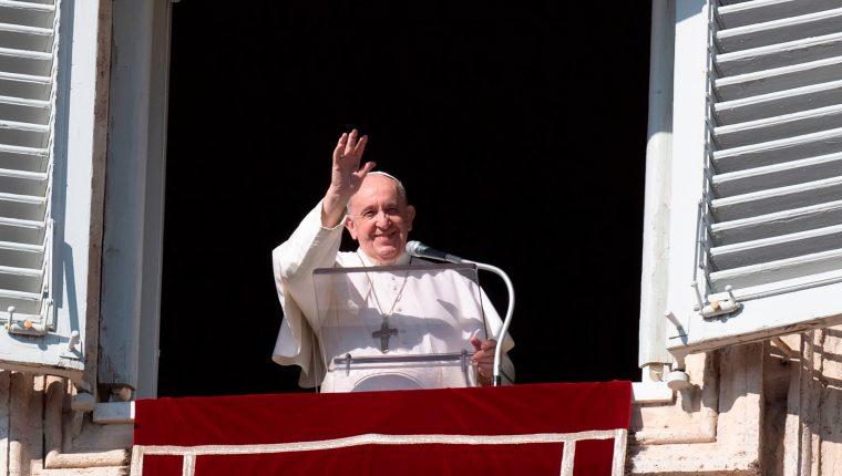 El Papa Francisco se dirige a los peregrinos reunidos en la plaza de San Pedro durante la oración del Ángelus dominical del 8 de noviembre en el Vaticano. (Foto Prensa Libre: AFP)