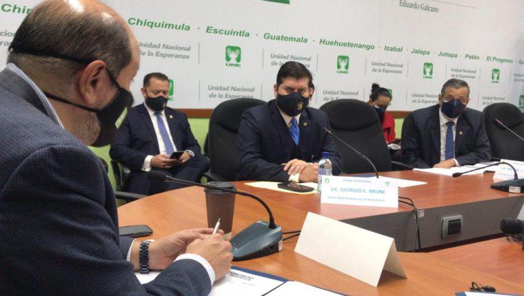 El Secretario Privado de la Presidencia, Giorgio Bruni, y el titular de SAAS, Héctor Flores, quedaron de trasladar informes a la bancada. Fotografía: José Castro, cortesía.