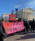 Miles de ciudadanos se manifiestan frente al Tribunal Supremo de Estados Unidos, Washington DC, en protesta por los resultados de las elecciones presidenciales, el 14 de noviembre de 2020.