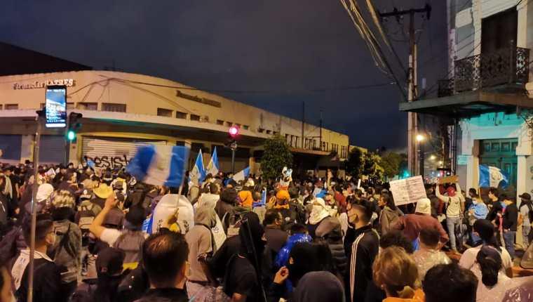Los manifestantes caminan desde la Plaza de la Constitución e intentan llegar al Palacio Legislativo. Foto Prensa Libre: José Pablo del Águila.