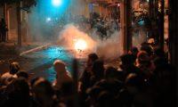 La Policía Nacional CIvil (PNC) lanzó bombas lacrimógenas a los manifestantes para disolverlos la noche del 21 de noviembre. (Foto Prensa Libre: Carlos Hernández)