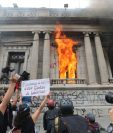 Autoridades del MP invetigarán si en los disturbios ocasionados en el Congreso hubo participación de pandilleros (Foto Prensa Libre: Erick Ávila)