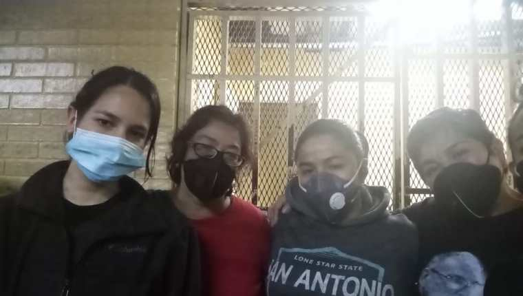 Paulina Estrada Mendoza junto a la familia conformada por Claudia, Mavelyn y Roxana Coronado mientras estaban detenidas en la Torre de Tribunales. (Foto Prensa Libre: cortesía)