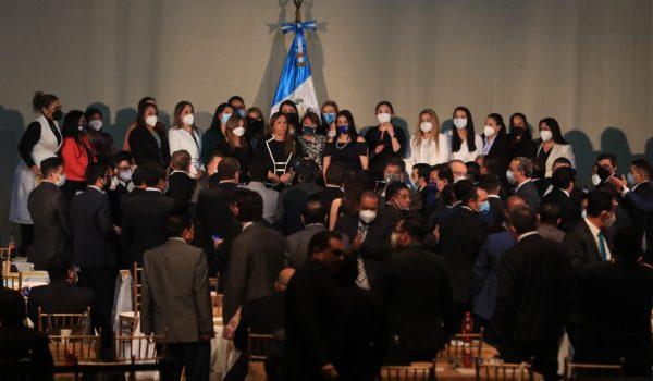 Durante la trifulca entre diputados la primera vicepresidenta del Congreso, Sofía Hernández, dijo que fue victima de una agresión. Fotografía: Prensa Libre (Juan Diego González).