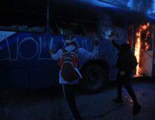 Un autobús fue incendiado en medio de la protesta. (Foto Prensa Libre: Carlos Hernández)