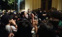 Periodistas de Prensa Libre y Guatevisión fueron agredidos por una turba la noche del 28 de noviembre mientras cubrían los incidentes frente a Casa Presidencial .(Foto Prensa Libre: Cortesía).