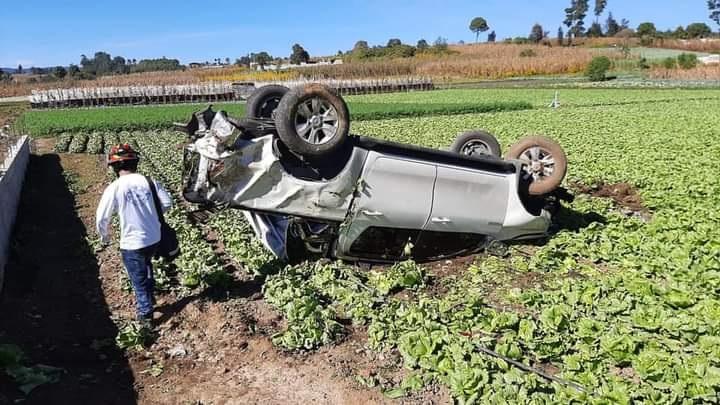 En el accidente un picop Toyota Hilux quedo volteado sobre un campo al lado de la carretera. (Foto Prensa Libre: CDBM)