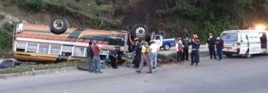 Los paramédicos trasladaron a los heridos al hospital. Fotografía: Bomberos Municipales Departamentales.