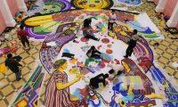 Grupos de guatemaltecos residentes de Sumpango Sacatepéquez elaboran barriletes para el Festival de Barriletes, declarado patrimonio cultural de Guatemala el 30 de octubre de 1998. Hace varios meses trabajan en el diseño y elaboración de los mismos hechos a base de papel de china que son exhibidos cada 1 de noviembre, el día de todos los santos. La tradición de volar barriletes en el cielo, se debe a que antiguamente muchas familias recuerdan a sus parientes fallecidos y otra leyenda relata que cada 1ero de noviembre, espíritus malignos invadían cementerios para molestar a las ánimas buenas y para solucionarlo, los guías comunitarios recomendaron inducir pedazos de papel contra el viento.  El festival cuenta con cuatro categorías diferentes: a) más de diez metros de diámetro, b) 3 a 6 metros de diámetro, c) diseños especiales o libres y la categoría infantil de 1 a 2.5 metros de diámetro.  Fotografía: María Reneé Barrientos Gaytan