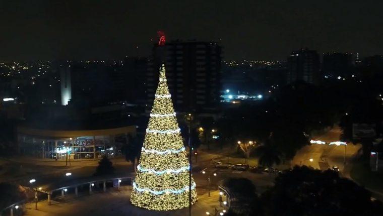 Como ya es tradición el Árbol Gallo se iluminó en la Plaza Obelisco. (Foto Prensa Libre: Juan Diego González)