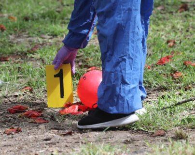 El lunes 2 de noviembre, una mujer murió en un ataque armado en la zona 3; su hijo resultó herido, pero murió días después a consecuencia de las heridas. (Foto Prensa Libre: Érick Ávila)