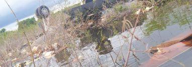 Los cadáveres de dos personas fueron localizados este martes 3 de noviembre en La Laguna del Tigre, Petén, cerca del área donde el lunes se estrelló una avioneta que ingresó ilegalmente a Guatemala. (Foto Prensa Libre: Ejército de Guatemala)