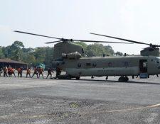 Helicóptero CH-47 Chinook, de Estados Unidos, transporta ayuda a afectados por Eta (Foto Prensa Libre:  Esbin García)