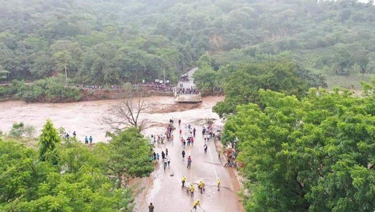 El impacto de Iota dejó serios daños en la infraestructura vial del país, donde puentes y carreteras fueran afectadas por la crecida de ríos. (Foto Prensa Libre: Carlos Zaparolli)