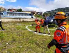 La unidad canina de los Bomberos Voluntarios llegó a Huehuetenango para apoyar las labores de rescate. (Foto: Prensa Libre: Mike Castillo)