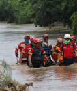 Bomberos Municipales atravesaron áreas inundadas para lograr el rescate. (Foto: Bomberos Municipales)