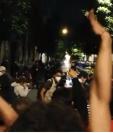Los comunicadores fueron agredidos cuando documentaban los disturbios de un grupo de supuestos manifestantes. Fotografía: Redes.