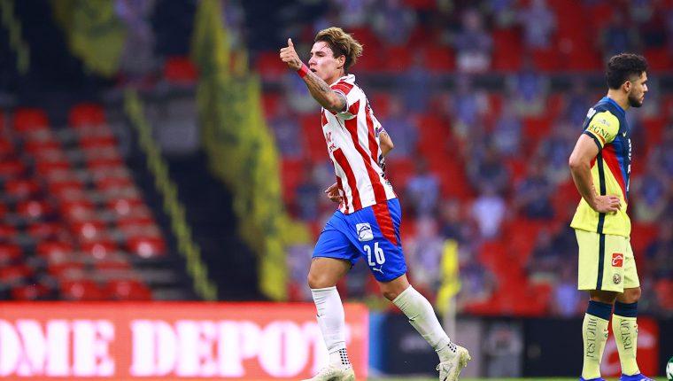 Cristian Calderón del Guadalajara celebra tras anotar uno de sus tantos de la noche ante el América. (Foto: @ChivasEN_)