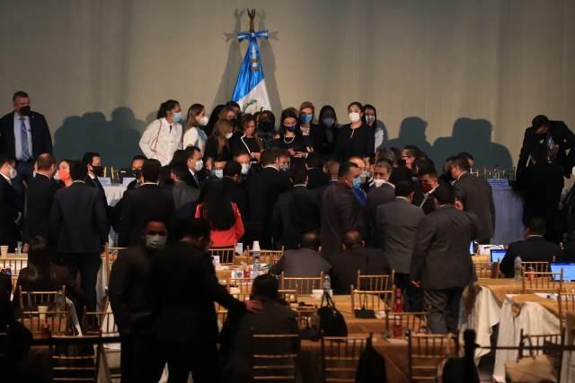 Diputadas acuerpan a la congresista Sofía Hernández, quien acusa a Mario Taracena de agresión física y verbal. (Foto: Juan Diego González)