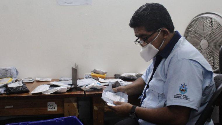 Personal de la Dirección de Correos y Telégrafos de Guatemala revisan y clasifican mensajería y paquetería tanto local como internacional. (Foto Prensa Libre: Esbin García)