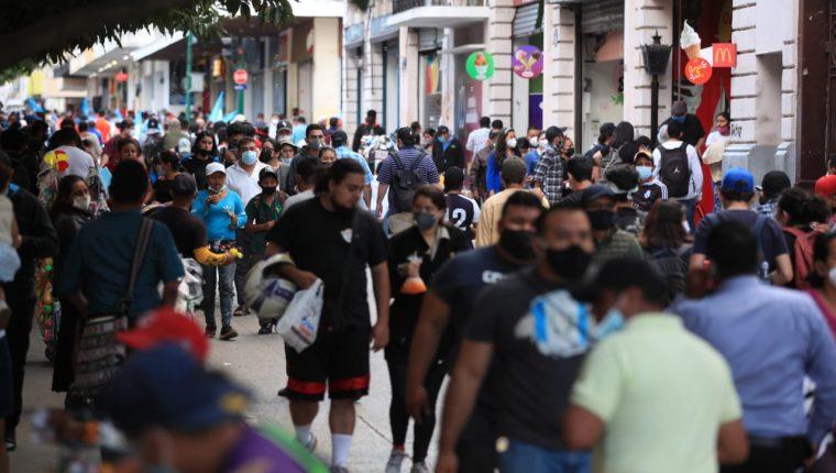 Las aglomeraciones en algunos puntos del país continúan, a pesar de que aún hay cientos de contagios de coronavirus. (Foto Prensa Libre: Carlos Hernández)