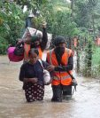 El Ejército evacúa  persona en Creek Zarco, Morales, Izabal. (Foto Prensa Libre: Conred)