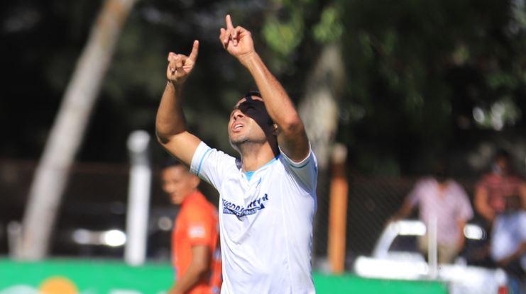Agustín Herrera anotó de penal el único gol de la victoria de Comunicaciones por 0-1 ante Achuapa. (Foto Prensa Libre: Cortesía Comunicaciones)