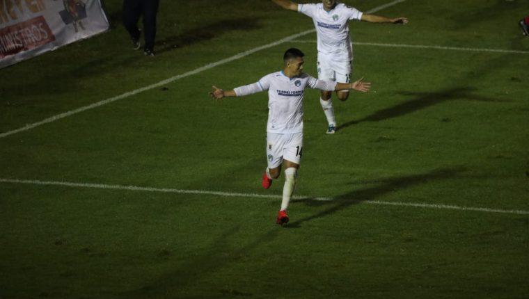 Rafael Morales celebra tras anotar el 2-1 definitivo que le dio la victoria a Comunicaciones en el Clásico 313. (Foto Prensa Libre: Érick Ávila)