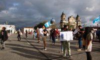 Las protestas pacíficas en contras del Gobierno persisten. (Foto Prensa Libre: Fernando Cabrera)
